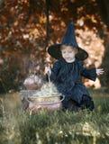 Mała Halloween czarownica z couldron outdoors Zdjęcia Royalty Free