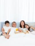 ma ich łóżkowa śniadaniowa rodzina zdjęcie stock
