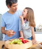 ma jego ojciec atrakcyjna śniadaniowa dziewczyna Obraz Stock