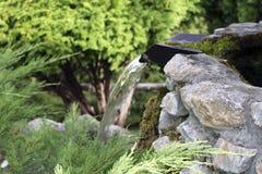 Mała kamienna siklawa z mech zdjęcia stock