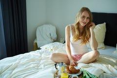 ma kobiet potomstwa piękny śniadanie zdjęcia stock