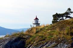 Mała latarnia morska przy norweskim fjord Obraz Royalty Free
