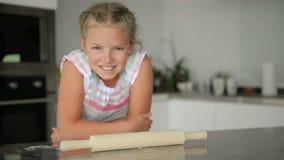 Ma?a ?liczna dziewczyna Gotuje Na kuchni Mie? zabaw? podczas gdy robi? tortom i ciastkom U?miechni?ty i patrzej?cy kamer? zdjęcie wideo