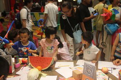 Ma mère a enseigné des enfants dessinant à SHENZHEN Tai Koo Shing Commercial Center photographie stock