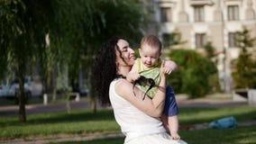 Ma mère joue avec le bébé La mère joue avec l'enfant, l'enfant emporte des points banque de vidéos