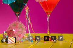 ma młodych partyjnych ludzi koktajl zabawa Świętowanie zabawa w ten kolorowym partyjnym invitatio Obraz Royalty Free