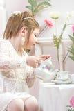 ma małej partyjnej herbaty piękna dziewczyna Obrazy Royalty Free