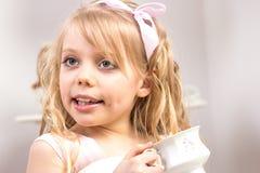 ma małej partyjnej herbaty piękna dziewczyna Zdjęcie Stock