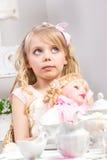 ma małej partyjnej herbaty piękna dziewczyna Zdjęcia Royalty Free