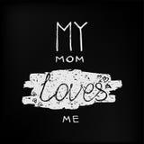 Ma maman m'aime citation d'illustration de lettrage de calligraphie de vecteur sur le tableau noir Photos stock