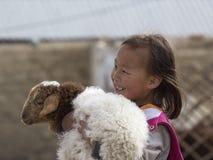 MAŁA Mongolska dziewczyna trzyma baranka OLGIY MONGOLIA, CZERWIEC - 23 - Obraz Stock