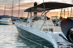 Mała motorboat kurtyzacja przy marina przy zmierzchu czasem Obrazy Stock