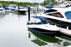 Mała motorboat kurtyzacja przy schronieniem Fotografia Royalty Free