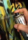Mán muchacho que pinta una pared con el aerosol Imágenes de archivo libres de regalías