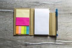 Mała notatka z kleistym papierem dla ludzi biznesu, nauczycieli i uczni, Fotografia Stock