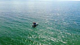 Ma?a ?odzi rybackiej pozycja na d?ugiej linii zdjęcia royalty free