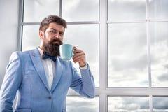 Ma primo caffè Caffè bevente dello sposo dell'uomo presto nella mattina Inizio del giorno grande Giorno importante nella sua vita immagini stock libere da diritti