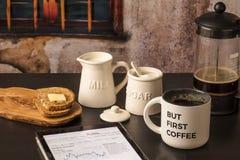 Ma primo caffè con il rapporto del mercato sulla compressa, pane tostato, latte, sug Fotografie Stock Libere da Diritti