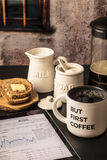 Ma primo caffè con il rapporto del mercato sulla compressa, pane tostato, latte, suga Fotografia Stock