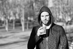 Ma primo caffè Il trotto di mattina dell'uomo beve il fondo urbano del caffè Richiedendo il momento goda del giorno Sportivo che  immagine stock