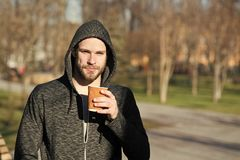 Ma primo caffè Il trotto di mattina dell'uomo beve il fondo urbano del caffè Richiedendo il momento goda del giorno Sportivo che  fotografie stock