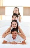 ma rodzica łóżkowa rodzinna zabawa s Zdjęcia Stock
