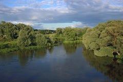 Mała rzeka w lato wieczór zdjęcia stock