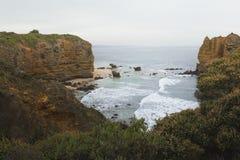 Mała skalista zatoka w oceanie Zdjęcia Royalty Free