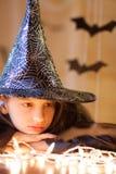 Mała smutna dziewczyna w czarownica kostiumu, Halloween Obraz Royalty Free
