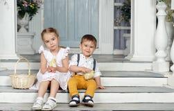 Ma soeur et jeune frère s'asseyant sur les escaliers à la maison et Photos libres de droits