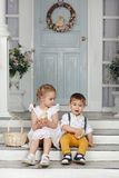 Ma soeur et jeune frère s'asseyant sur les escaliers à la maison et Photographie stock