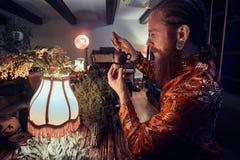 Ma?tre caucasien dans le kimono faisant le th? naturel dans la chambre noire avec un int?rieur en bois Tradition, sant?, harmonie photographie stock libre de droits