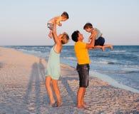 ma tropikalnego plażowa rodzinna zabawa zdjęcie stock
