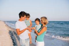 ma tropikalnego plażowa rodzinna zabawa zdjęcia stock