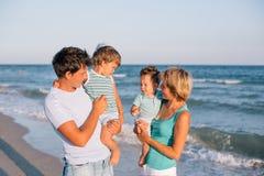 ma tropikalnego plażowa rodzinna zabawa obraz stock