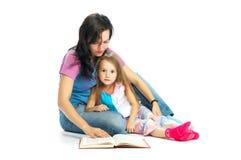 MA und Tochter lasen Buch lizenzfreie stockbilder