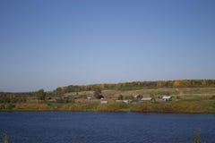 Mała wioska na brzeg rzeki Zdjęcia Stock