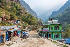 Mała wioska na halnej drodze na Marzec 28, 2018 w Nepal Fotografia Stock