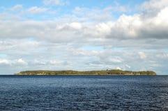 Mała wyspa w ciemnym morzu Obrazy Royalty Free