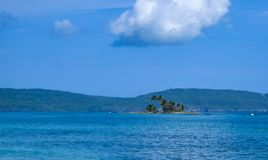 Mała wyspa z drzewkami palmowymi blisko do brzeg w Karaiby Zdjęcia Royalty Free