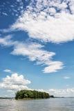 Mała wyspa z lasem na Danube rzece i niebieskie niebo z c Fotografia Royalty Free