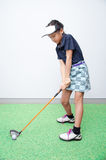 Mały azjatykci dziewczyny takine kija golfowego szkolenie Obrazy Stock