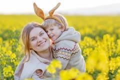 Mały berbecia dziecko i jego matka w Wielkanocnego królika ucho ma Zdjęcie Stock