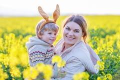 Mały berbecia dziecko i jego matka w Wielkanocnego królika ucho ma Zdjęcia Royalty Free