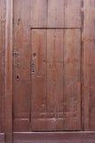 Mały brown drewniany drzwi ciie z target6_0_ wielki jeden Obraz Stock