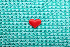 Mały czerwony serce na trykotowym tle Zdjęcie Royalty Free