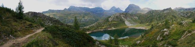 Mały czysty wysokogórski jezioro na Bergamo Alps Obrazy Stock