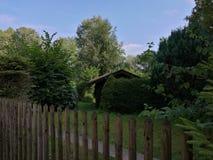 Mały dom w ogródzie zdjęcia royalty free
