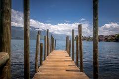Mały drewniany molo przy Atitlan jeziorem - Gwatemala Obrazy Stock