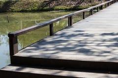 Mały drewniany most przez jezioro Obrazy Stock